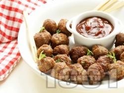 Печени сочни малки телешки кюфтенца с доматен сос в тава на фурна - снимка на рецептата